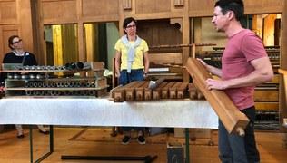 Vorschaubild 18.5.2020 Orgelführung: Hauptwerk und Pedal schon fast fertig gereinigt und saniert; begeisterte und faszinierte Besucher lauschen wie immer den Ausführungen von Timo Allgäuer
