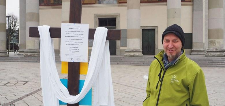 Mit dem Kreuz auf dem Marktplatz